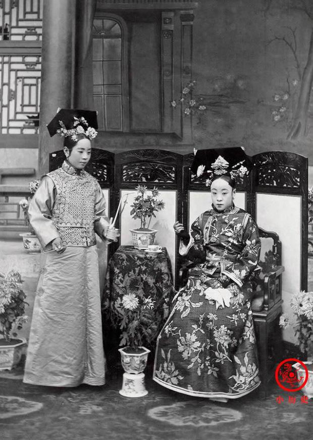 Loạt ảnh cuộc sống quyền quý của phụ nữ thời nhà Thanh: Người xúng xính quần áo đi chụp hình, kẻ họp mặt tán gẫu cùng hội chị em - Ảnh 9.