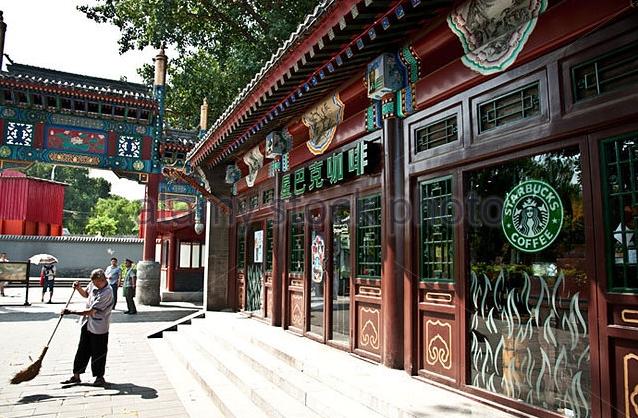 Cửa hàng Starbucks tại xứ siêu giàu gây bất ngờ với mái lá, tường nứt cũ kỹ như nhà đất Việt Nam - Ảnh 14.