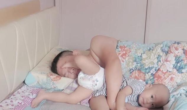 Cậu bé giở bảy bảy bốn chín chiêu đánh thức bố dậy nhưng vẫn thất bại, đến chiêu cuối cùng ông bố bật dậy như lò xo - Ảnh 2.