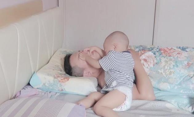 Cậu bé giở bảy bảy bốn chín chiêu đánh thức bố dậy nhưng vẫn thất bại, đến chiêu cuối cùng ông bố bật dậy như lò xo - Ảnh 3.