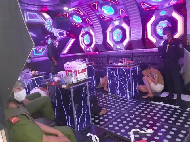 76 dân chơi phê ma tuý trong quán karaoke nghỉ chống dịch - Ảnh 1.