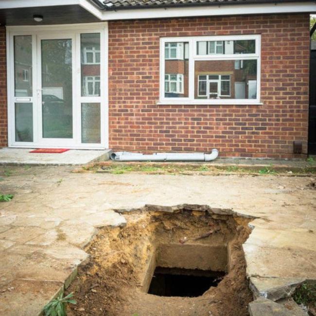Vừa chuyển về nhà mới, người đàn ông nghe âm thanh lạ phát ra từ lòng đất trước khi đào được kho báu đặc biệt - Ảnh 1.