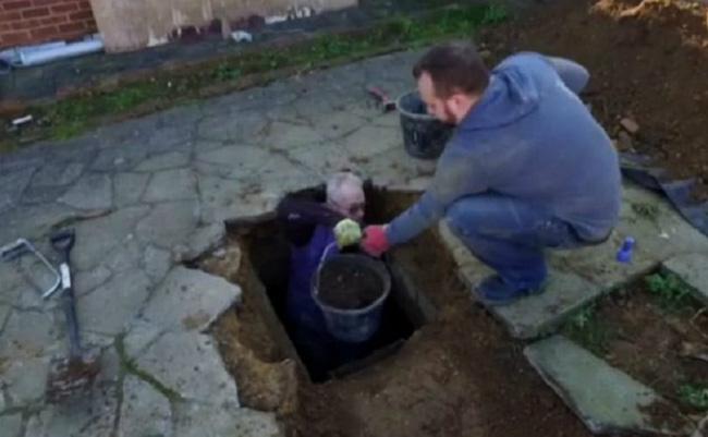 Vừa chuyển về nhà mới, người đàn ông nghe âm thanh lạ phát ra từ lòng đất trước khi đào được kho báu đặc biệt - Ảnh 2.