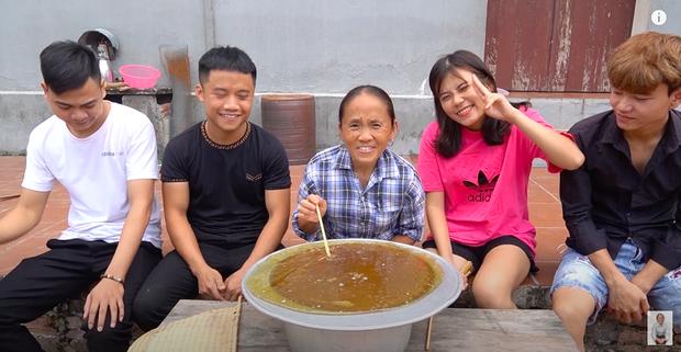 Lần đầu thử sức với món kẹo kéo khổng lồ, Bà Tân Vlog bị dân mạng nhận xét đã làm sai cách lại còn kém vệ sinh - Ảnh 8.