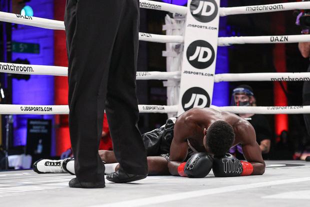 Hy hữu: Bị đấm tới mức ngã gục xuống sàn đau đớn, võ sĩ vẫn bị trọng tài ép thi đấu tiếp - Ảnh 2.