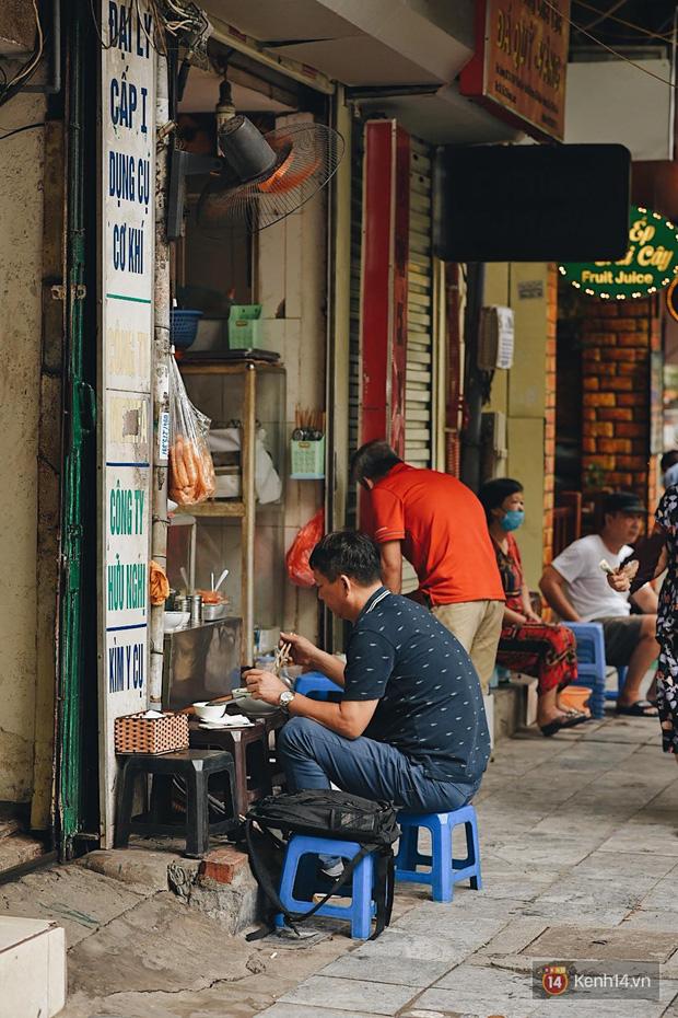 Hà Nội trong ngày đầu tiên giãn cách hàng quán: Bàn được lắp vách ngăn, khách ngồi cách xa nhau hơn 1 mét - Ảnh 2.