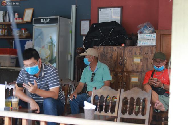 Hà Nội trong ngày đầu tiên giãn cách hàng quán: Bàn được lắp vách ngăn, khách ngồi cách xa nhau hơn 1 mét - Ảnh 15.