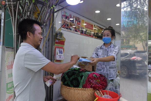 Hà Nội trong ngày đầu tiên giãn cách hàng quán: Bàn được lắp vách ngăn, khách ngồi cách xa nhau hơn 1 mét - Ảnh 14.
