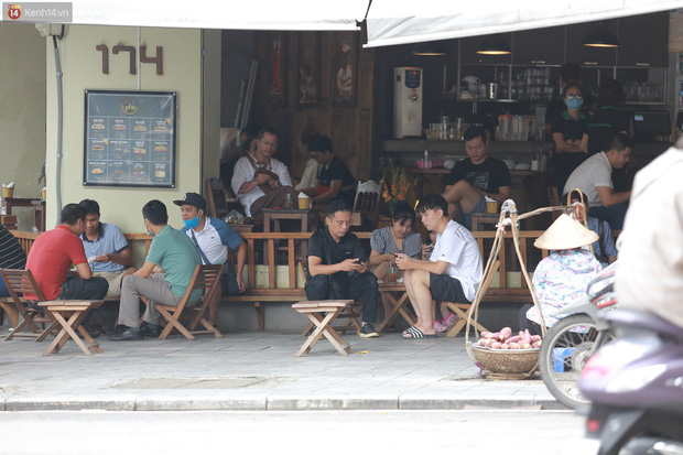 Hà Nội trong ngày đầu tiên giãn cách hàng quán: Bàn được lắp vách ngăn, khách ngồi cách xa nhau hơn 1 mét - Ảnh 17.