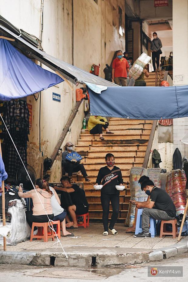 Hà Nội trong ngày đầu tiên giãn cách hàng quán: Bàn được lắp vách ngăn, khách ngồi cách xa nhau hơn 1 mét - Ảnh 3.