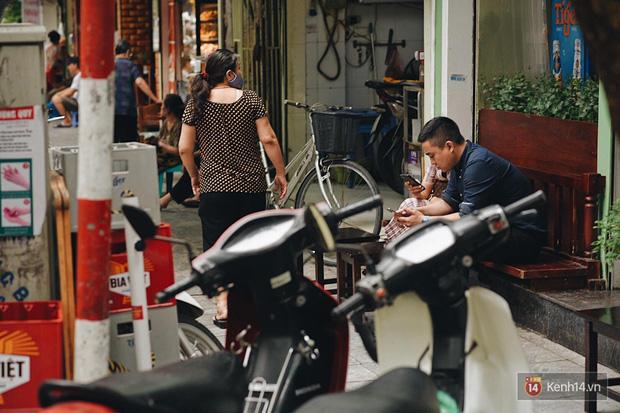 Hà Nội trong ngày đầu tiên giãn cách hàng quán: Bàn được lắp vách ngăn, khách ngồi cách xa nhau hơn 1 mét - Ảnh 4.