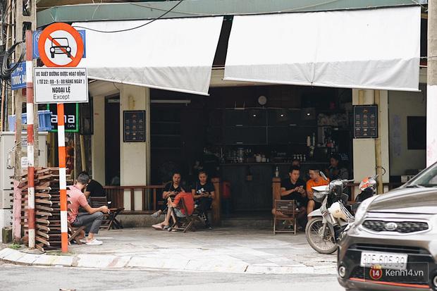 Hà Nội trong ngày đầu tiên giãn cách hàng quán: Bàn được lắp vách ngăn, khách ngồi cách xa nhau hơn 1 mét - Ảnh 6.