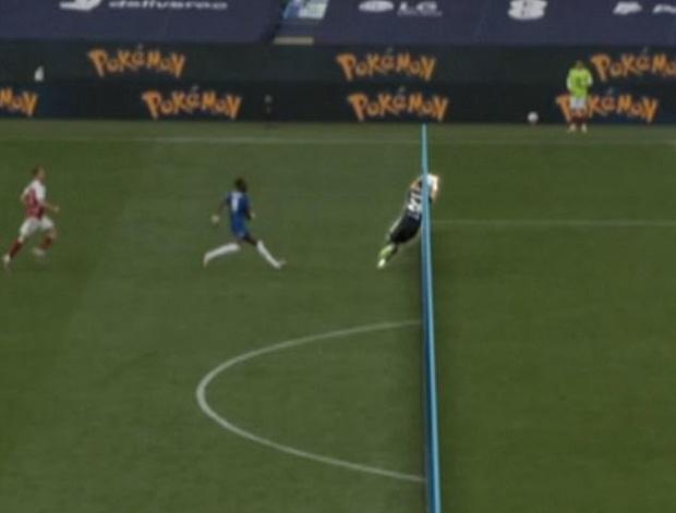 Tình huống gây tranh cãi ở chung kết FA Cup: Thủ môn Arsenal dùng tay ngoài vòng cấm nhưng vẫn đúng luật, theo VAR - Ảnh 1.