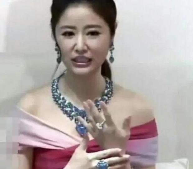 Cặp đôi Lâm Tâm Như ngày càng chịu chơi: Vợ khoe vòng 50 viên kim cương chói mắt, chồng tậu xế tiền tỷ... đi chợ - Ảnh 2.