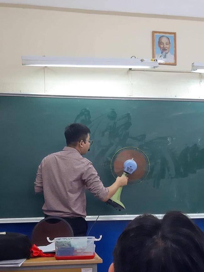 Đang trong giờ học mà thầy lăm lăm cầm 1 vật thể lạ, học trò vừa ôm bụng cười vừa phải lén chụp 1 tấm hình tố thầy quá cute - Ảnh 1.