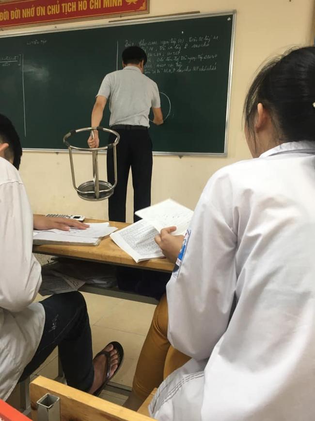 Đang trong giờ học mà thầy lăm lăm cầm 1 vật thể lạ, học trò vừa ôm bụng cười vừa phải lén chụp 1 tấm hình tố thầy quá cute - Ảnh 2.