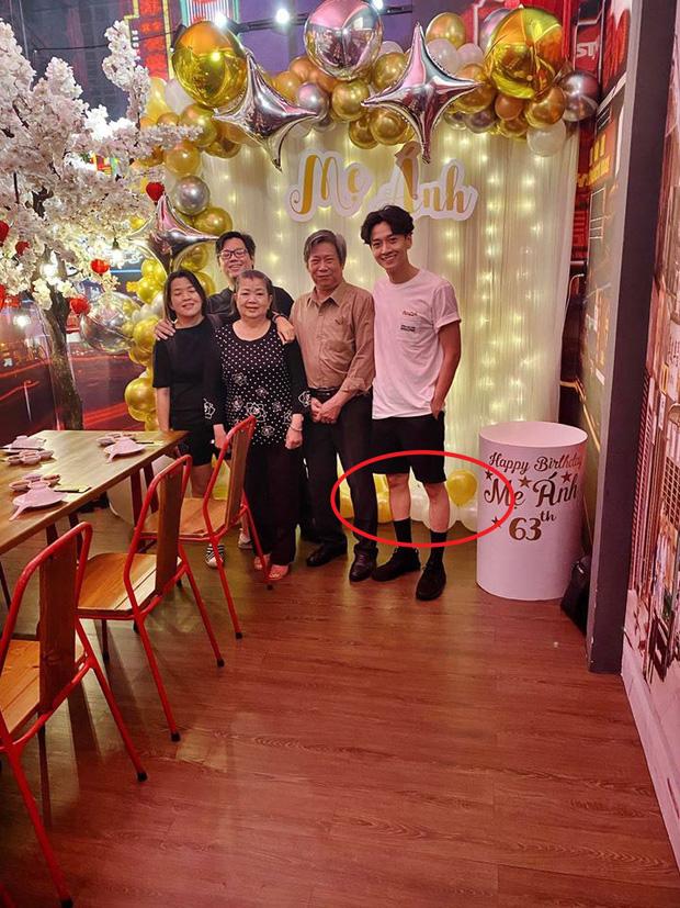 Ngô Kiến Huy hiếm hoi khoe ảnh cả gia đình dịp sinh nhật mẹ, nhưng nhìn đôi chân gầy như cây sậy mà choáng - Ảnh 2.