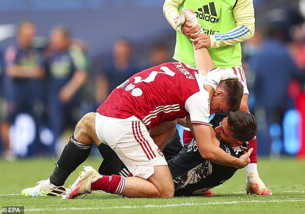Tình huống gây tranh cãi ở chung kết FA Cup: Thủ môn Arsenal dùng tay ngoài vòng cấm nhưng vẫn đúng luật, theo VAR - Ảnh 3.
