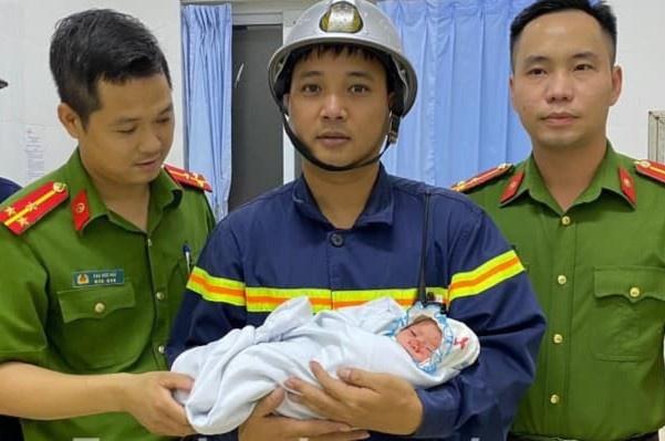 Công an huyện Gia Lâm đề xuất khen thưởng 5 công dân cứu cháu bé sơ sinh bị kẹt trong tường - Ảnh 2.
