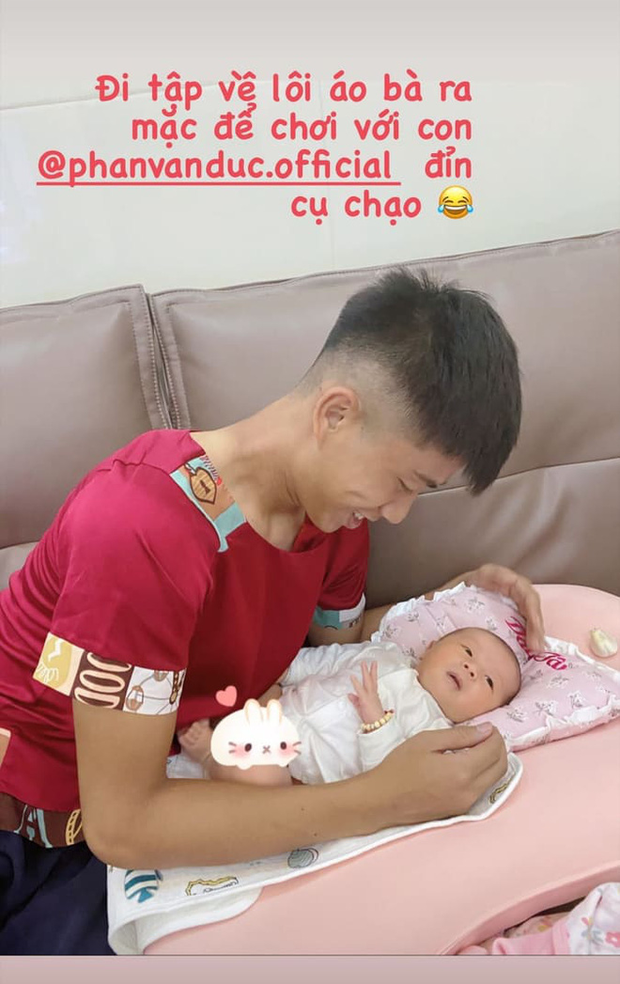 Phì cười với Phan Văn Đức: Vừa về đến nhà, vội đến nỗi mặc luôn áo của mẹ để chơi với con gái - Ảnh 1.