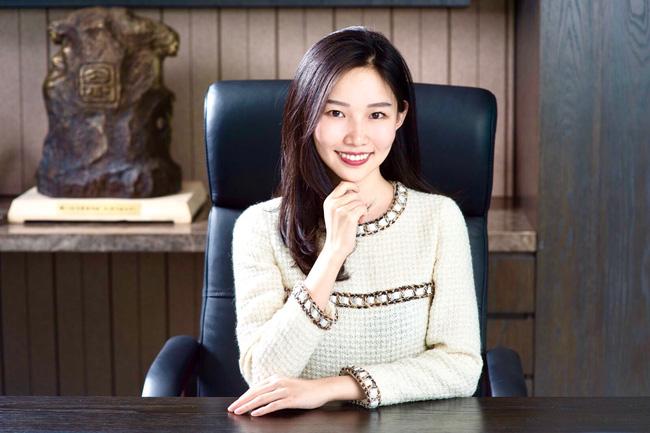 Thiên kim giới siêu giàu Trung Quốc: 23 tuổi thừa kế tài sản hơn 330 nghìn tỷ đồng, đính hôn với Thái tử điển trai của tập đoàn bán lẻ lớn nhất nước - Ảnh 2.
