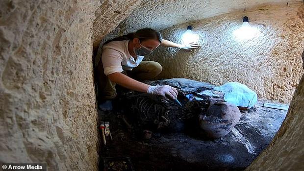 Xác ướp đôi nam nữ phủ kín vàng, yên nghỉ cùng nhau 2.000 năm trong đền cổ hé lộ nơi an táng bí mật của nữ vương tài sắc vẹn toàn Cleopatra - Ảnh 1.