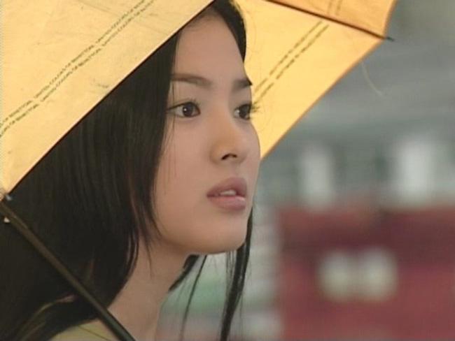 Bốn nữ thần trong series phim 4 mùa đình đám Hàn Quốc: Son Ye Jin - Song Hye Kyo vướng tin đồn tình ái với cùng một người, Choi Ji Woo viên mãn bên chồng con, còn người cuối cùng vẫn im hơi lặng tiếng - Ảnh 2.