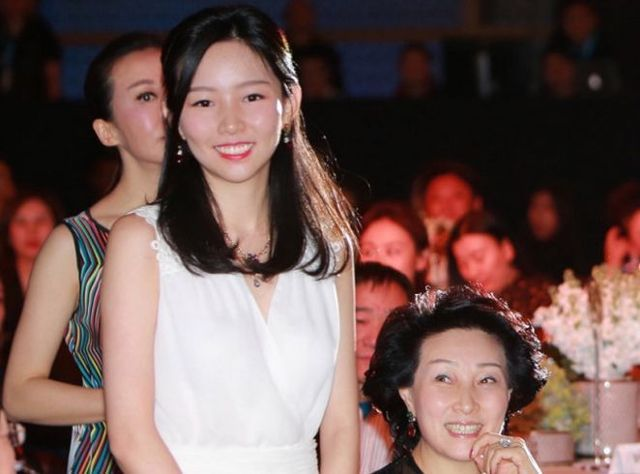 Thiên kim giới siêu giàu Trung Quốc: 23 tuổi thừa kế tài sản hơn 330 nghìn tỷ đồng, đính hôn với Thái tử điển trai của tập đoàn bán lẻ lớn nhất nước - Ảnh 3.