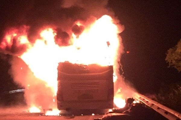 Xe giường nằm bốc cháy khi chạy trên quốc lộ, 10 hành khách phá cửa thoát thân - Ảnh 1.