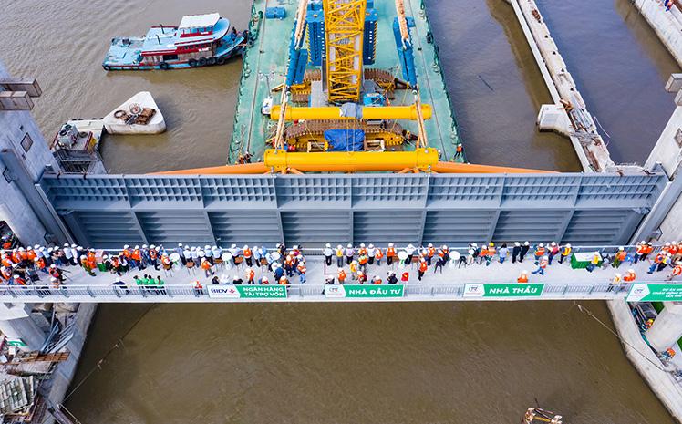 """TP.HCM lắp cửa van khổng lồ nặng 460 tấn tại """"siêu"""" dự án chống ngập 10.000 tỷ đồng"""