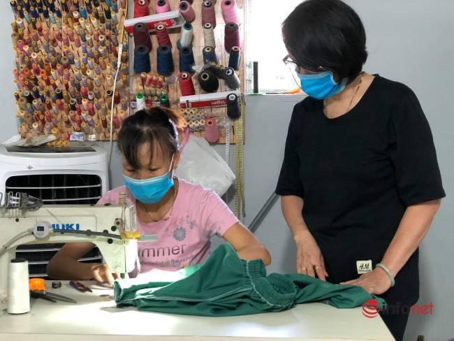 Phụ nữ Đà Nẵng bảo nhau may áo blouse hỗ trợ y bác sỹ chống dịch - Ảnh 1.