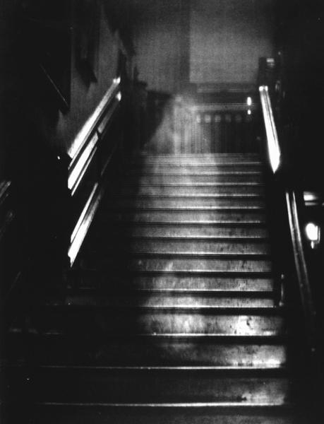 Bóng dáng bí ẩn tại hành lang của tòa nhà khiến dân mạng xôn xao và nguồn cơn đến từ bi kịch của người vợ với mối tình vụng trộm - Ảnh 2.