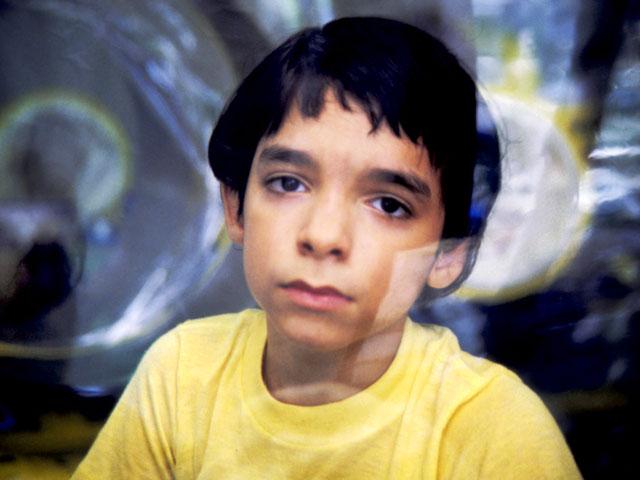 Em bé bong bóng: Cuộc đời 12 năm của đứa trẻ mắc căn bệnh quái ác bẩm sinh, ra đi với tương tác duy nhất trong đời là nụ hôn của mẹ - Ảnh 1.