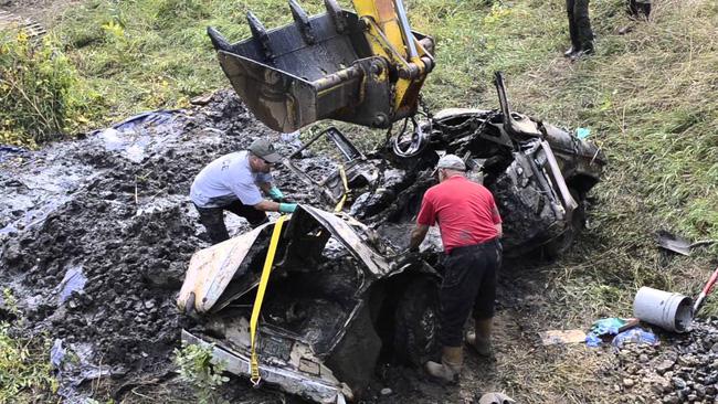 Vụ án 2 thiếu nữ mất tích trên đường đến bữa tiệc đi vào ngõ cụt, hơn 40 năm mới được phá giải nhờ chiếc xe đầy bùn trồi lên mặt hồ - Ảnh 4.