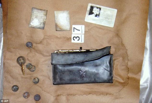 Vụ án 2 thiếu nữ mất tích trên đường đến bữa tiệc đi vào ngõ cụt, hơn 40 năm mới được phá giải nhờ chiếc xe đầy bùn trồi lên mặt hồ - Ảnh 8.