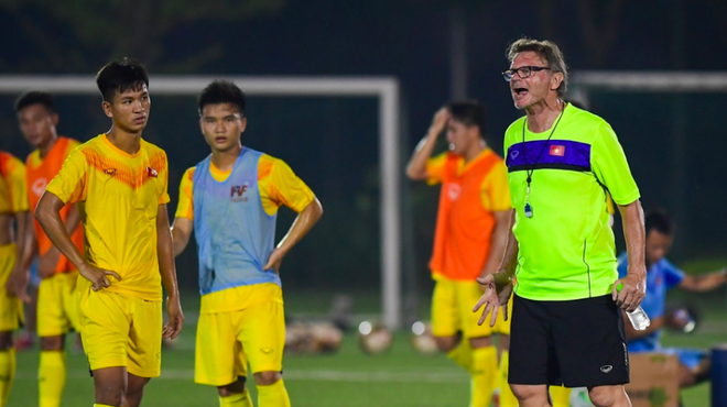 Vì sao Phù thuỷ trắng lùa U19 Việt Nam ra sân tập tới nửa đêm? - Ảnh 1.