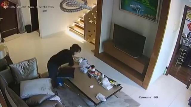 Kiểm tra camera trong phòng khách, chủ nhà kinh hãi phát hiện nữ giúp việc cho khẩu trang vào quần rồi rút ra để lại chỗ cũ - Ảnh 3.