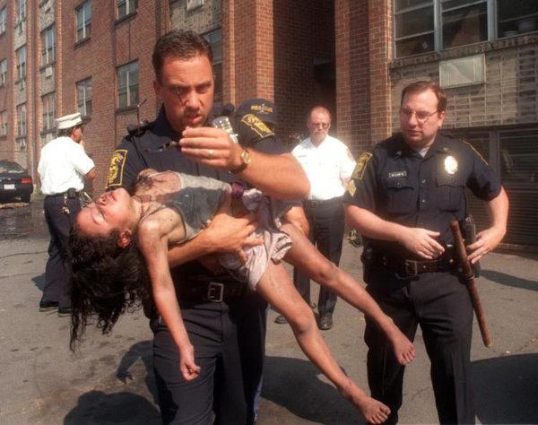 Cảnh sát liều mình cứu bé gái nằm bất động trong biển lửa, 18 năm sau đứa trẻ mới biết việc làm đặc biệt của ân nhân trong thời gian qua - Ảnh 2.