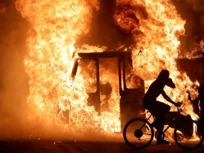 Dân Mỹ biểu tình xuyên đêm, đốt phá nhà cửa và hàng chục ô tô - Ảnh 1.