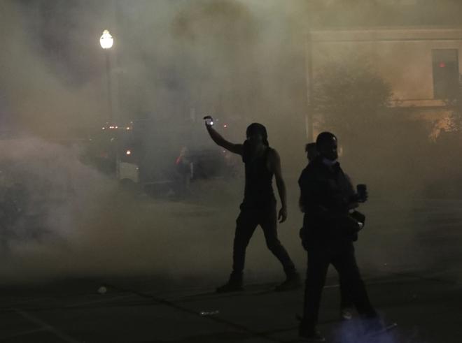 Dân Mỹ biểu tình xuyên đêm, đốt phá nhà cửa và hàng chục ô tô - Ảnh 2.