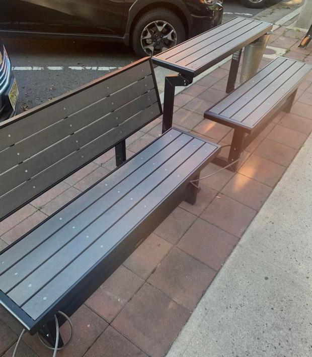 Bạn có thể xoay chiếc ghế công cộng này thành một bộ bàn ghế.