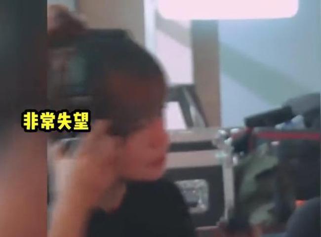 Lộ clip Triệu Vy kích động quát mắng diễn viên trên phim trường: La hét, giận dữ, thậm chí ném đồ xuống bàn - Ảnh 1.