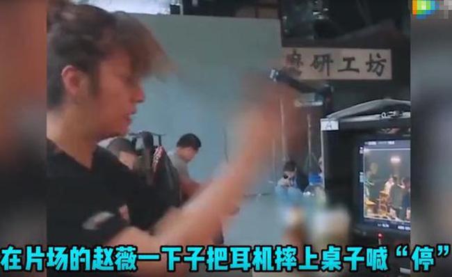 Lộ clip Triệu Vy kích động quát mắng diễn viên trên phim trường: La hét, giận dữ, thậm chí ném đồ xuống bàn - Ảnh 2.