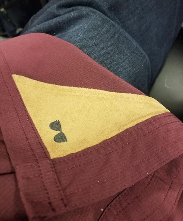 Miếng vải để lau kính tích hợp trong áo tôi nè.