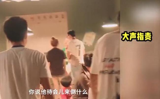 Lộ clip Triệu Vy kích động quát mắng diễn viên trên phim trường: La hét, giận dữ, thậm chí ném đồ xuống bàn - Ảnh 3.