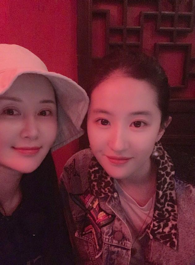 Lưu Diệc Phi được chúc mừng sinh nhật nhưng cô bạn thân Thư Sướng lại chiếm spotlight vì nhan sắc nổi bật - Ảnh 2.