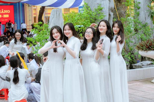 Lớp học Hà Nội gây choáng với 5 thủ khoa tốt nghiệp, điểm Văn cả lớp toàn trên 9 - Ảnh 2.