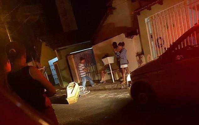 Thấy mùi hôi thối bốc lên nồng nặc, người dân báo cảnh sát và phát hiện cảnh tượng rùng rợn ở ngoài đường, cả khu phố đổ ra xem - Ảnh 5.