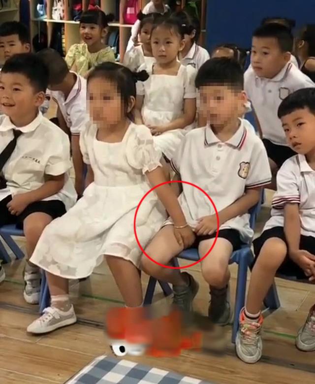 Cô giáo hoảng hốt trước hành động của bé gái với bé trai ngồi cạnh, trao đổi với phụ huynh mới biết lý do tế nhị - Ảnh 1.