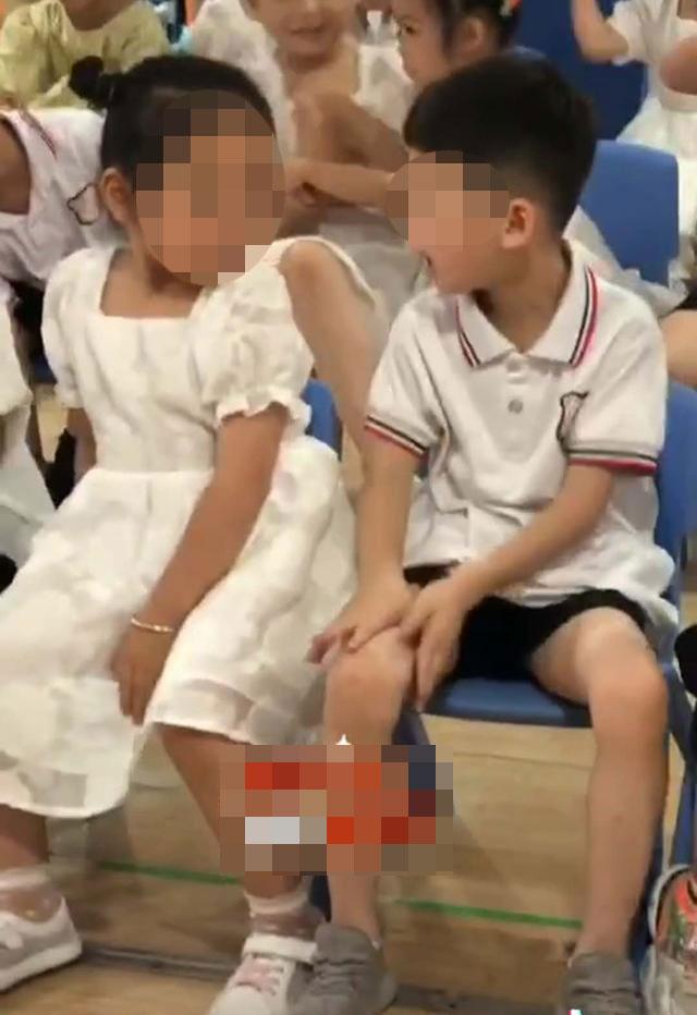 Cô giáo hoảng hốt trước hành động của bé gái với bé trai ngồi cạnh, trao đổi với phụ huynh mới biết lý do tế nhị - Ảnh 2.